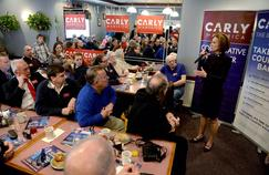 Carly Fiorina, candidate à la primaire des Républicains, rencontre des sympathisants dans une brasserie à Manchester, lundi, dans le New Hampshire.