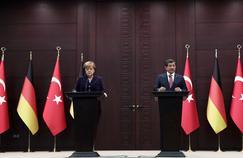 Le premier ministre turc, Ahmet Davutoglu, s'exprime devant la presse à l'issue d'un entretien à Ankara avec la chancelière allemande, Angela Merkel.