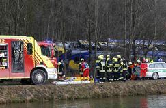Du personnel de secours est mobilisé à Bad Aibling, le 2 février 2016 après la collision entre deux trains régionaux qui a fait plusieurs morts et une centaine de blessés.