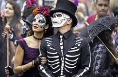 Spectre réalisé par Sam Mendes débute en plein carnaval à Mexico.