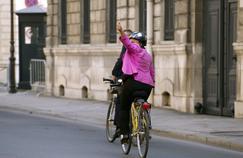 Christiane Taubira quitte le palais de l'Élysée sur son vélo jaune, en mars 2014