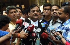 Le procureur public indien Ujjwal Nikam rend compte devant la presse de l'interrogatoire qui a eu lieu par vidéoconférence avec le terroriste David Headley, lundi à Bombay.