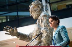 Najat Vallaud-Belkacem, le 25 janvier à Berlin, devant une statue de l'ancien chancelier Willy Brandt.