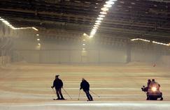 Des personnes skient, le 08 décembre 2005, sur la piste de 500 mètres du snowhall d'Amneville à la veille de son ouverture officielle.