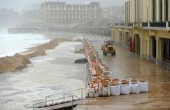 Une digue de sacs de sable à Biarritz.