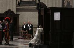 Le pape François en confession à la basilique Saint-Pierre, en mars 2015, au Vatican.