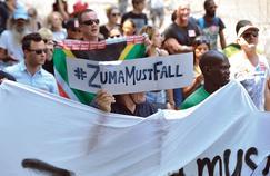 Plusieurs milliers de personnes ont protesté contre le chef de l'État sud-africain sous le hashtag #zumamustfall (Zuma doit tomber), jeudi au Cap.