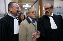 Guy Wildenstein, entouré de ses avocats Éric Dezeuze (à gauche) et Hervé Temime, le 4janvier à Paris.