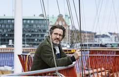 Olafur Eliasson devant une de ses dernières œuvres in situ, «Cirkelbroen, Copenhagen», 2015 Photo ,Søren Svendsen for Nordeafonden © Olafur Eliasson