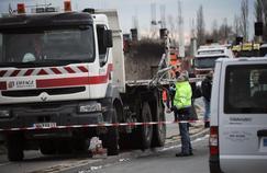 Les enquêteurs cherchent à expliquer l'accident entre ce camion et le car jeudi à Rochefort