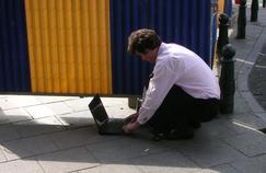 Des entreprises adoptent déjà des pratiques pour éviter la consultation constante des emails professionnels (Blackley/Flickr)