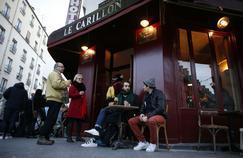 Les Parisiens continuent à occuper les terrasses des établissements attaqués pour ne pas «s'arrêter de vivre».