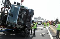 Un camion couché sur l'A6 au niveau de la bifurcation vers Arles, en juillet 2013.