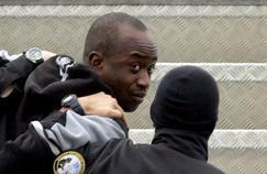 Youssouf Fofana à l'aéroport d'Abidjan en mars 2006, lors de son extradition vers la France.