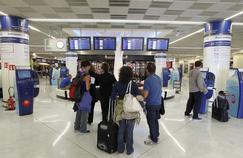 Dans la matinée de ce samedi, deux heures d'attente étaient signalées aux guichets des contrôles, où les passagers devaient présenter leurs passeports, dans les deux principaux aéroports parisiens de Roissy et Orly.