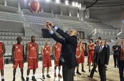Alain Juppé tente un shoot, lors de l'inauguration du Palais des sports rénové, à Bordeaux le 11 février dernier.