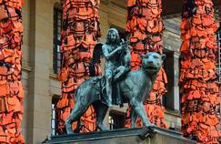 Attention, danger! Ai Weiwei, le plus plasticien des activistes, connaît la force des images avec cette installation de gilets de sauvetage venus de l'île sinistrée de Lesbos, accrochés, sans vie, aux colonnes du Konzerthaus de Berlin, en plein festival de cinéma.