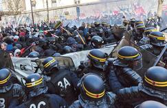 À Paris, mardi en fin de matinée, boulevard Diderot, les CRS chargent à plusieurs reprises pour isoler les éléments perturbateurs.