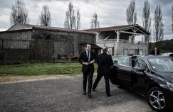 Emmanuel Macron lors d'une visite d'usine, le 4 avril à Pont-Eveque, lors d'un déplacement en Isère.