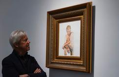 Un des conservateurs de la galerie londonienne Maddox devant Make America Great Again, de Illma Gore, une peinture qui représente Donald Trump avec un micropénis.