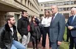 Alain Juppé, lors de sa visite, mercredi à l'école de la marine marchande de Saint-Malo (Ille-et-Vilaine).
