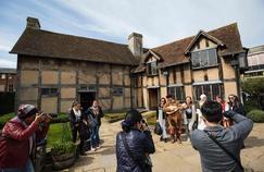 Des acteurs se produisent devant la maison où serait né Shakespeare, à Stratford-upon-Avon.