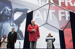 1er mai 2015 à Paris. Le parti avait prévu que seule Marine Le Pen monterait à la tribune pour prendre la parole. C'était sans compter la détermination de son père qui a surgit sur la scène au moment où sa fille s'apprêtait à faire son discours.