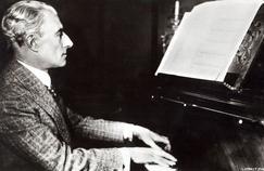Maurice Ravel (1875-1937) devant son piano vers 1920.