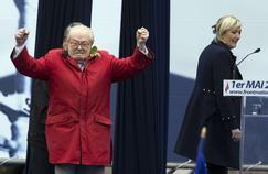Jean-Marie Le Pen s'invite sur la tribune du Front national le 1er mai 2015, lors du traditionnel rassemblement du parti.