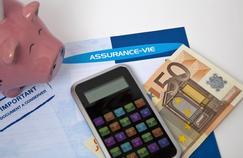 La loi prévoit que les fonds dormants sur des assurances-vie non réclamées soient versés dix ans après la connaissance du décès de l'assuré à la Caisse des dépôts.