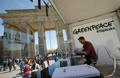 À Berlin, le public peut consulter 248 pages du traité transatlantique dans un stand installé par Greenpeace, près de la porte de Brandebourg.
