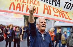 Un manifestant entonne des slogans anti-austérité, vendredi à Athènes.