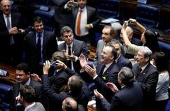 Après plus de vingt heures de discours, des sénateurs brésiliens se congratulent suite au vote en faveur du processus de destitution de la présidente Dilma Rousseff, jeudi à Brasilia.