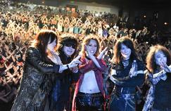 X Japan le plus célèbre groupe de métal japonais. Les quinquagénaires de la formation dominent encore des épaules le style visual kei qu'ils ont initié, trente ans plus tôt.