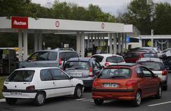 Des voitures font la queue, le 21 mai 2016, à une station-service de Saint-Sebastien-sur-Loire, près de Nantes.