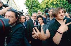 Alexander Van der Bellen(au centre) pose pour unselfie avec un sympathisant, lundi à Vienne, juste après l'annonce de sa victoire par le ministère de l'Intérieur autrichien.