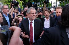 Entouré de partisans, Alexander Van der Bellen se dirige vers le lieu de sa conférence de presse, lundi, à Vienne.