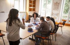 Cours de français et de mathématiques pour des mineurs isolés étrangers dans le lieu d'accueil et d'orientation (LAO) de la Croix-Rouge, à Taverny dans le Val-d'Oise.