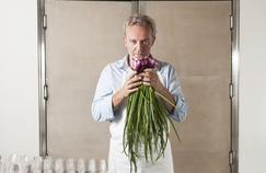 Alain Passard dans les cuisines de l'Arpège (Paris VIIe).
