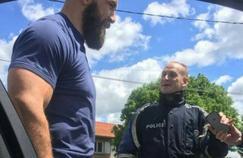 Jamie Cudmore a été arrêté par la police pour faire un selfie.