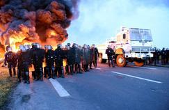 Des policiers interviennent pour débloquer le dépôt de carburant de Douchy-les Mines (Nord), hier.