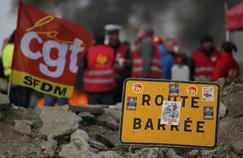 Barricade dressée par des militants CGT près de la raffinerie de Donges (Loire-Atlantique).