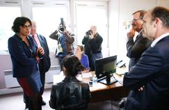 La ministre du Travail, Myriam El Khomri (à gauche) visite une agence Pôle emploi, mercredi à Paris.
