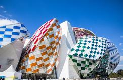 Après vingt-neuf nuits de montage par des techniciens alpinistes, la Fondation Vuitton, est devenue un kaléidoscope où les couleurs s'entrechoquent au gré des angles de vue et de l'incidence des rayons lumineux.