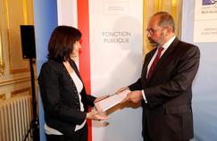 Le président du Conseil supérieur de la fonction publique territoriale, Philippe Laurent, remet son rapport à la ministre de la Fonction publique, Annick Girardin, jeudi, à Paris.