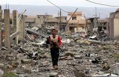 Un volontaire yazidi ayant rejoint les pechmergas kurdes, en novembre 2015 dans la ville dévastée de Sinjar.