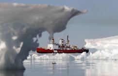 Un bateau des gardes-côtes canadiens dans la baie d'Allen près de Resolute, dans le Nunavut.