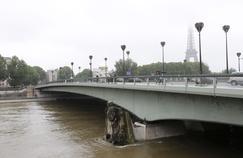 À Paris, le Zouave du pont de l'Alma a les pieds dans l'eau.