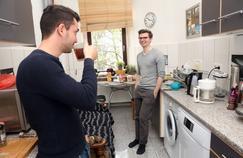 Hamad et Constantin Thieme, dans l'appartement berlinois qu'ils partagent.