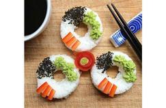 Des sushi donuts disposés de manière créative